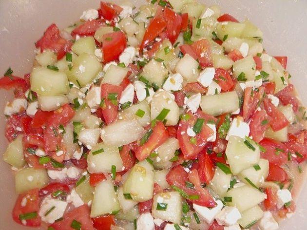 Tomatensalade met honingmeloen en feta.Heerlijke, snelle, zoetzure, zomerse, salade die het prima doet als bijgerecht bij de barbecue, ander gegrild vlees of bij een bord lekkere pittige pasta. Met honingtomaten® is dit helemaal een groot feest als je die kunt krijgen. ½ honingmeloen 6 lekkere verse tomaten 3 lente uitjes 120 gram feta 1 eetlepel …