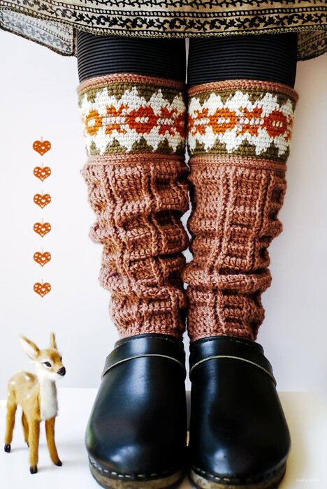These leg warmers are awesome!!    Made by Sewing Daisies - direct link to the full crochet pattern!