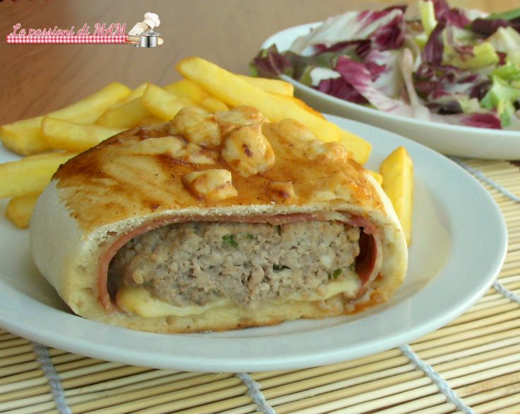 Pizza bacon burger ricetta secondo piatto ricco o piatto unico, pizza ripiena di hamburger, bacon e formaggio con salsa bbq o ketchup. Blog giallo zafferano