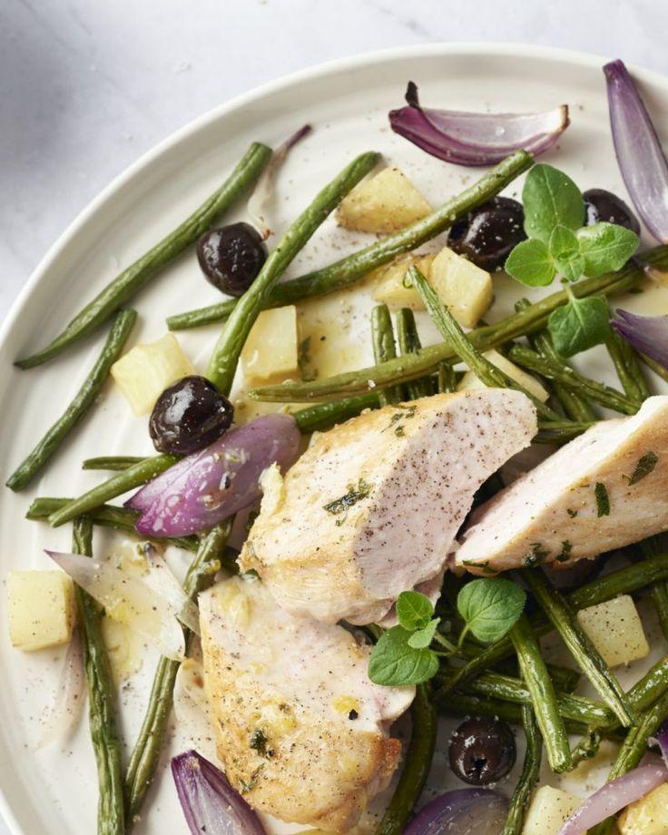 Kip en oregano zijn de beste vriendjes! Ze passen erg goed bij elkaar in dit lekker gerecht met een originele salade van ovengeroosterde groenten.