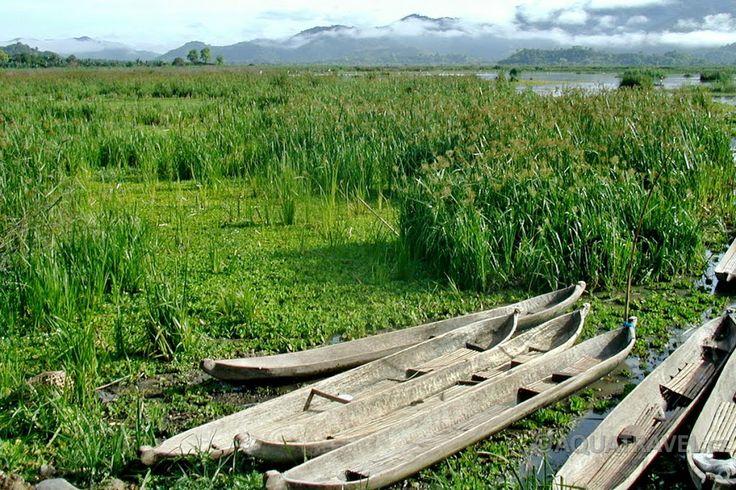 Jezero Taliwang na západě Sumvawy s loděmi místních rybářů