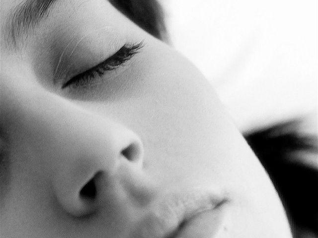 Früher waren die Abende vielleicht lang und die Nächte kurz, weil wir unterwegs waren und gefeiert haben. Heute, weil wir nicht einschlafen können, weil der Stress im Körper und im Kopf eine kranke Party feiert, ohne Einladung, und uns nicht zur Ruhe kommen lässt. Noch eine Runde im Gedankenkarrussel. Und noch eine. Und noch eine.