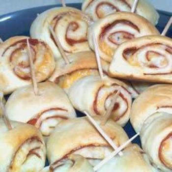 Pizza PinwheelsPizza Recipe, Pinwheels Recipe, Kids Schools Snacks, Pinwheel Recipes, Pizza Pinwheels, Football Parties, Pizza Bites, Pepperoni Rolls, Birthday Ideas