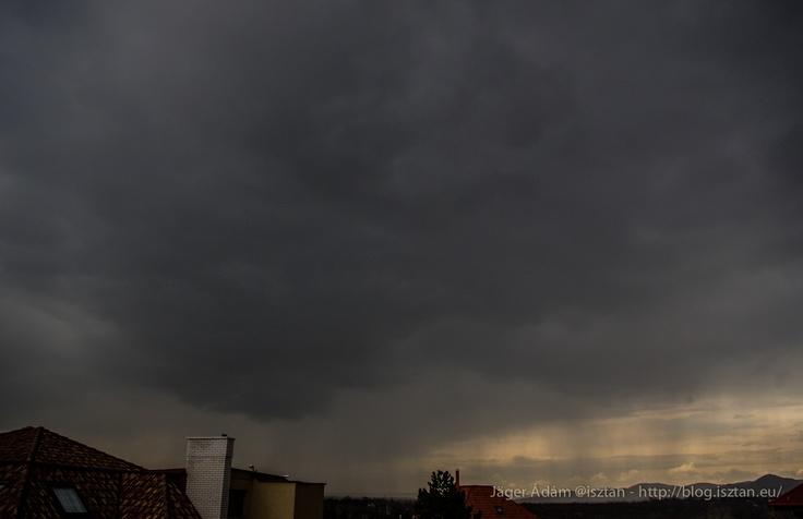 Tavaszi zivatar (korai szakasz, ekkor még mindössze zápornak lehetett nevezni - elektromos tevékenység  csak később volt a cellában) Budapesten #zivatar #storm #thunderstorm #clouds #convection #cumulus #cumulonimbus #nature #photography #photoblog #rain #shower #sky #zápor #természetfotók