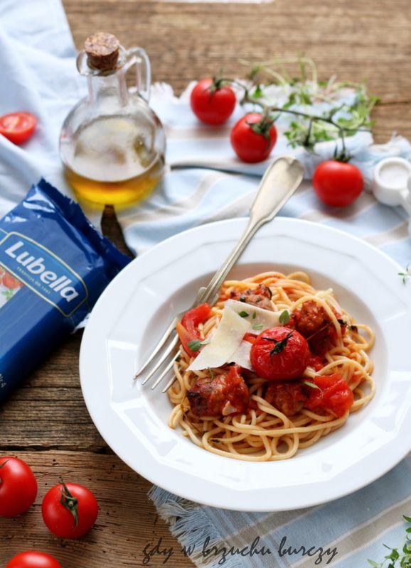 Makaron z pomidorami zapiekanymi z białą  kiełbasą