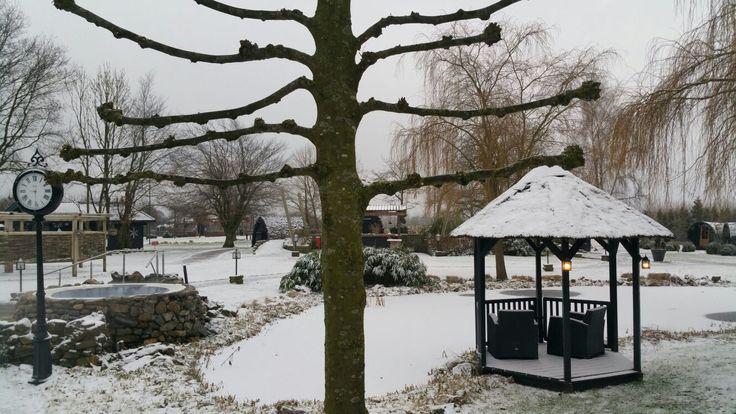 Stap met je blote voeten in de sneeuw na het bezoeken van één van onze warme sauna's..