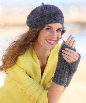 Симпатичные митенки и берет спицами для женщин, выполненные из смесовой пряжи средней толщины. Митенки вяжутся резинкой 2 на 2, а...