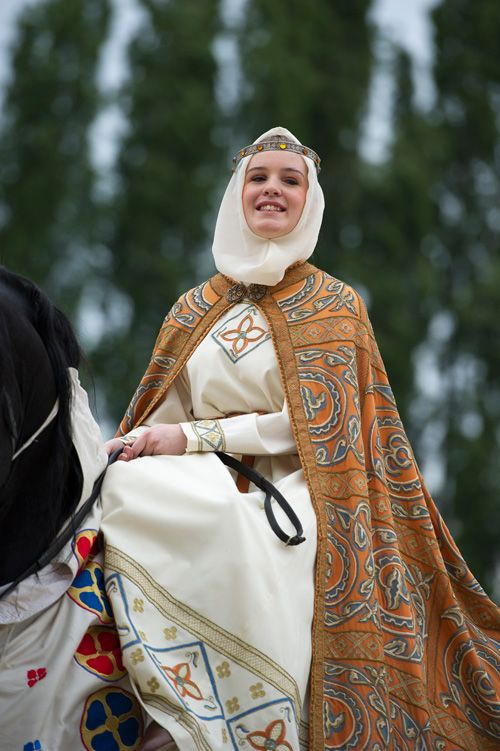 Palio 2012 | Palio di Legnano. cloak and dress embroidery! (Pinned for the dress embroidery G.)