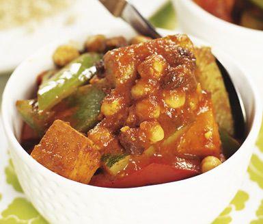 En smarrig, vegetarisk grönsaksgryta som går snabbt att tillreda. Grönsaker, tomatpuré och kikärter får koka en stund i gryta före kryddörterna tillsätts. Servera med couscous, äppelchutney och gärna myntate eller den indiska yoghurtdrycken lassi.
