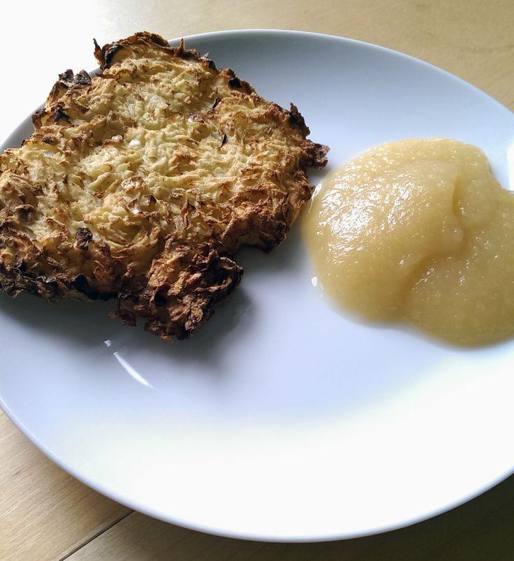 Een recept voor echte Duitse Reibekuchen, in Nederland ook wel bekend als aardappelpannenkoeken of rijfkoeken. Op de Duitse kerstmarkten eet men deze traditioneel met appelmoes - http://www.airfryerweb.nl/recepten/reibekuchen/