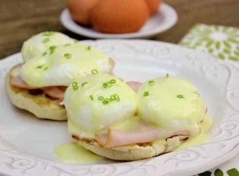 Яйца Бенедикт — это традиционный завтрак во Франции. Говорят, что лучше, чем французы, никто не готовит это блюдо. Очень простое по сути, оно представляет собой яйца пашот с беконом и голландским соу…