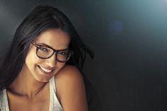 Schminken mit Brille Für Brillenträgerinnen birgt das Augen-Make-up so seine Tücken. Denn nicht nur die Brille an sich, sondern auch die Kurz- oder Weitsichtigkeit beeinflusst massgeblich die Erscheinung bzw. Grösse der Augen und damit auch die Art und Weise, wie sie geschminkt werden sollten. Stilpalast präsentiert die besten Tipps und Tricks für Brillenschlangen-Beauties.