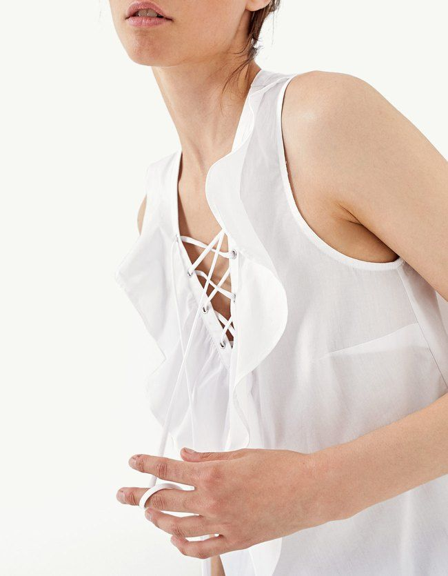 Renueva tu armario con las camisas de SS17 de Stradivarius. Camisas vaqueras, blancas, militares, blusas negras, de lunares o con volantes. It's Summertime!