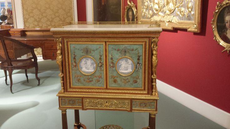 autriche. meuble pour Marie Antoinette. Tissus protégé par du verre sur lequel on a mis un ovale
