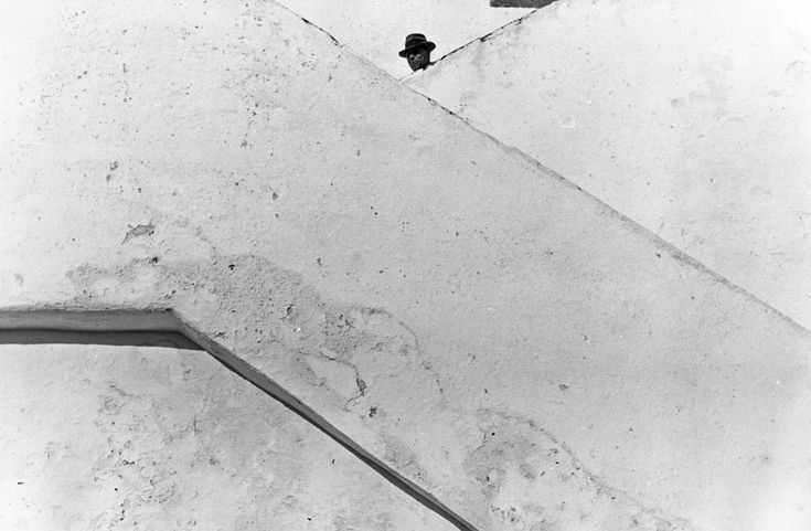Neal Slavin  MAN-AT-TOP-OF-CONCRETE-STAIRS.jpg (1741×1140)