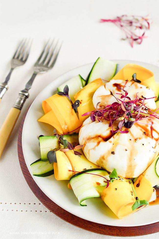 Continuam seria retetelor de vara cu o salata sofisticata, de inspiratie italiana: Burrata di Puglia cu zucchini in doua culori, aceto balsamico di Modena si micro-ierburi.