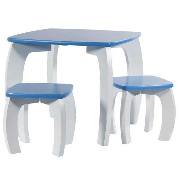 Conjunto de mesa infantil y 2 taburetes lacados en blanco y azul perfectos para que sus hijos jueguen, dibujen, coloreen,... en un espacio juvenil y moderno decorando un rincón de su habitación o sala de juegos con este conjunto de mesa y taburetes infantiles.