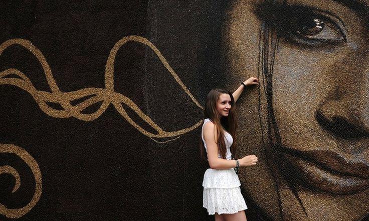 O Artista Russo Arkady e escultor Kim criaram o maior mosaico do mundo feito de grãos de café em Moscou. A arte tem 30 metros quadrados com mais de um milhão de grãos de café pesando 397 quilos. Com esse feito Kim é o mais novo membro do Guinness Book of World Records.