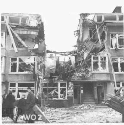 Door missers bij een bombardement van de Rotterdamse havens zijn Rotterdam en Schiedam opnieuw het doelwit van Britse bombardementen geworden. Er zijn in totaal 71 mensen om het leven gekomen en ook de schade is aanzienlijk.   foto: http://www.beeldbankwo2.nl/ Nederland in de oorlog (1942)