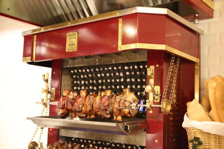 """SPIEDO DA LEONI - GIRA ALLA FIAMMA SUL MOLTENI A CATENA Una lenta cottura di 6 ore, un sapiente e rituale condimento di spezie, olii e aromi naturali, per ottenere una carne morbida, delicata, profumata, succulenta, come nella migliore tradizione ... serviti con patate """"in tecia"""". Selezionati stinchetti di maiale, spiedi di carni miste alla trevigiana, Maialino Iberico Cochinillo de Segovia cotto intero"""