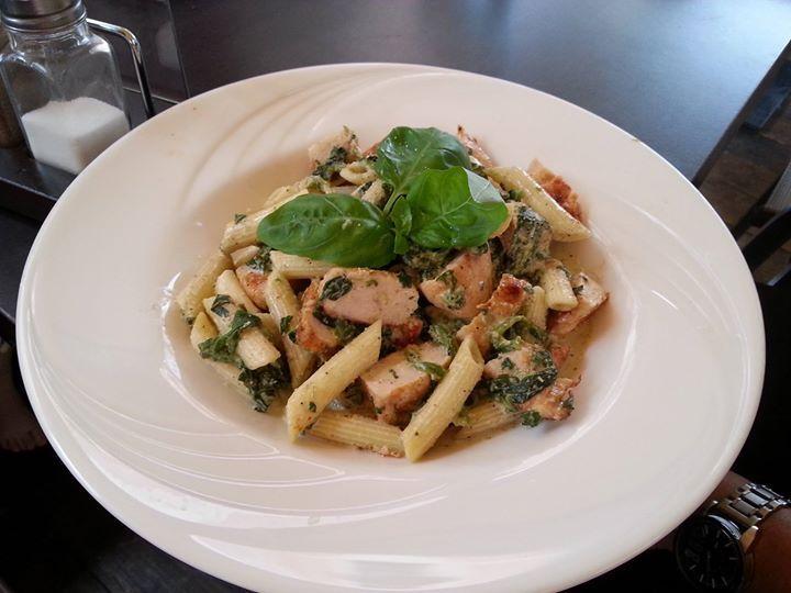 Was gibt es heute ei Euch zu Mittag? Wie wäre es mit Pasta in Spinat-Sahne-Sauce an zarter Putenbrust?  http://www.gregkocht.de/recipes/907/Pasta-mit-Spinat-Sahnesauce-und-Putenbrust