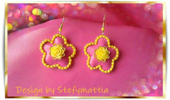 Orecchini ecopelle rosa con perline e roselline gialle