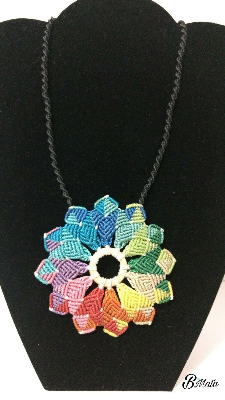 Mandala arcoiris en macrame