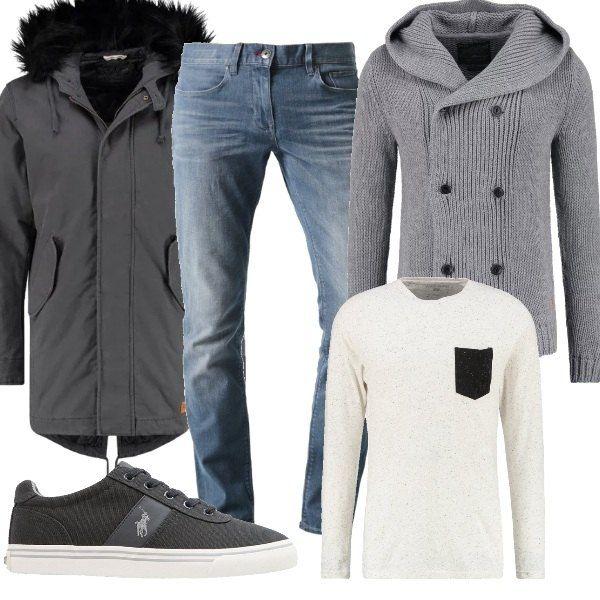 Un outfit casual composto da jeans slim fit, maglia a manica lunga, cardigan con chiusura doppiopetto e parka con dettaglio in pelliccia sintetica rimovibile. Completano il look le sneakers basse.