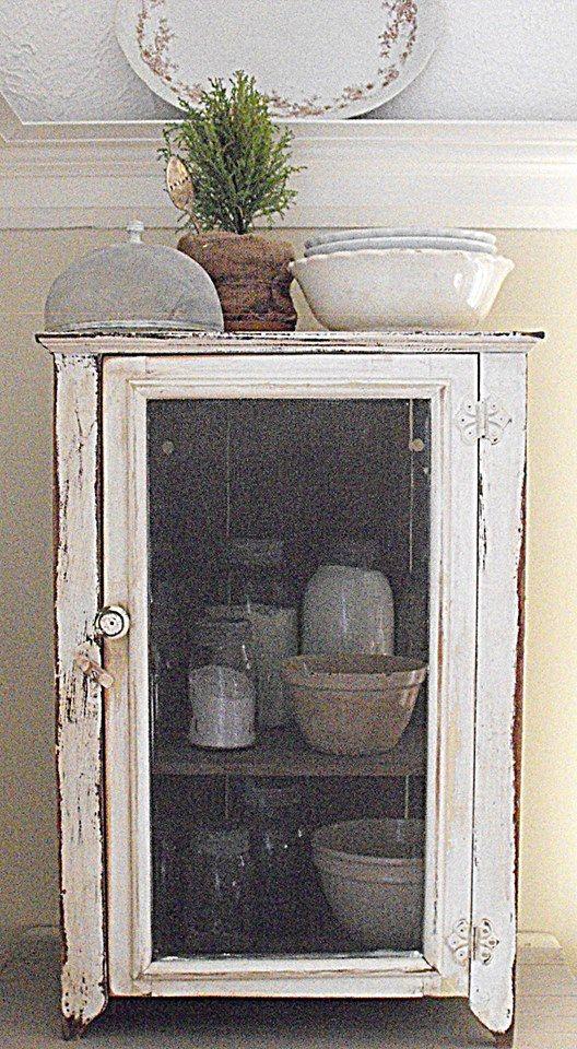 Servieskast in oude linnenkast