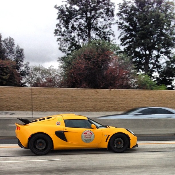 Automobiles Yellow Lotus spotted by @Zach Evers Evers Fritz, pretty cool! Who knows the exact type? #lotus #elise #car... - http://lesvoitures.fr/yellow-lotus-spotted-by-statusfritz-pretty-cool-who-knows-the-exact-type-lotus-elise-car/