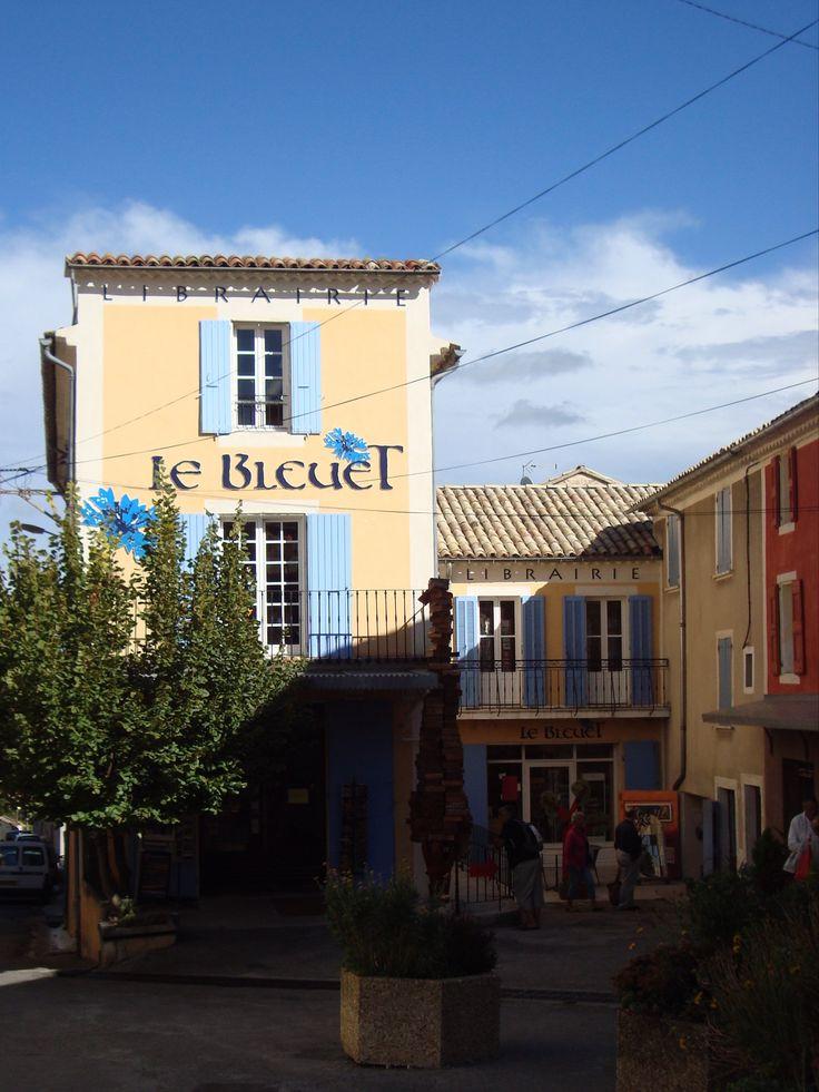 Behalve om zijn AOC geitenkaasjes in kastanjebladeren is het dorpje Banon (1.100 inwoners, Alpes-de-Haute-Provence) óók beroemd om zijn boekwinkel Le Bleuet. Echt waar, één van de bekendste boekhandels van heel Frankrijk!  Een bezoek waard!  Helaas hebben ze het ook moeilijk, ees het hier: http://www.coteprovence.nl/beroemde-boekwinkel-gered/