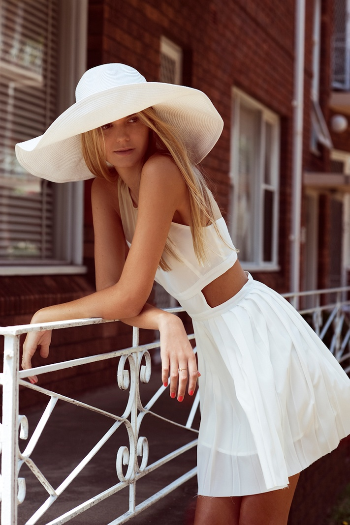 White sun hat, and cuuuute dress, ugh I'm so ready for summer