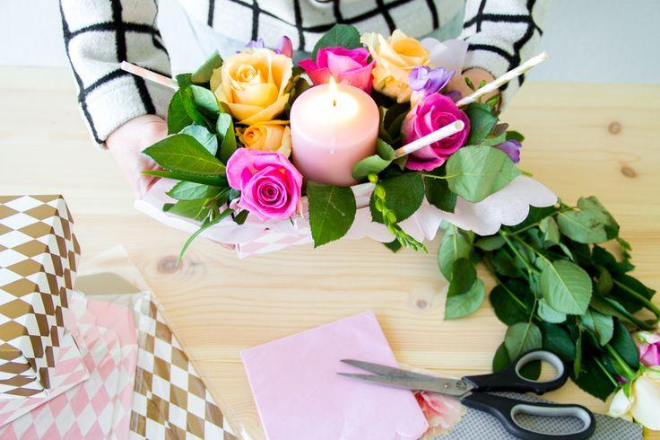 DIY bordpynt med gaveæsker og friske blomster! Se mere på:  http://www.blog.bog-ide.dk/inspiration-til-fest/