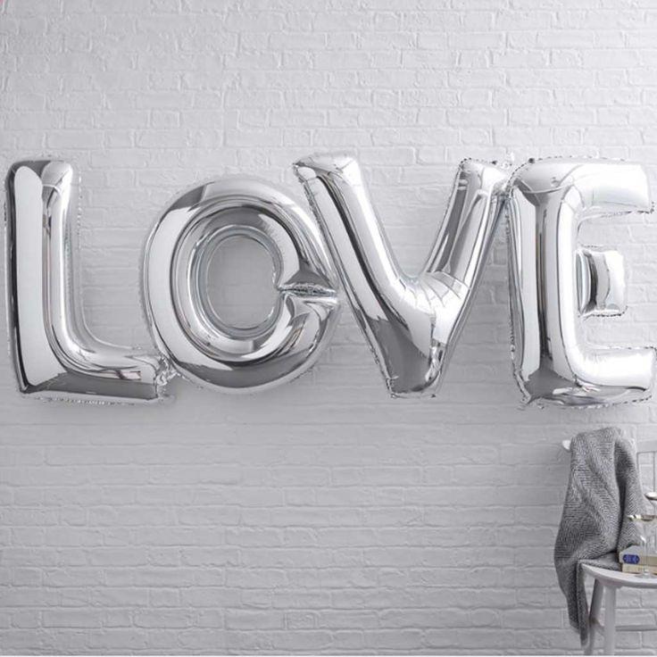 """Folienballon Set """"LOVE"""" in Silber.  Eine schöne Idee deine Liebe zu zeigen.  Dieses Set enthält vier Metallic Ballons in Silber, die das Wort """"Love"""" bilden.   Du kannst Helium für diese Folienballons benutzen. Du kannst die Ballons auch mit Luft füllen und sie mit einem Band aufhängen.     Ein toller Spaß und Blickfang für jede Hochzeitsfeier, Hochzeitstag oder Valentins Tag"""