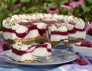 """""""Durch den Nussboden ist die Himbeer-Joghurt-Torte nicht nur fruchtig, sondern gleichzeitig auch herzhaft"""", beschreibt Maria Westhoff ihren..."""