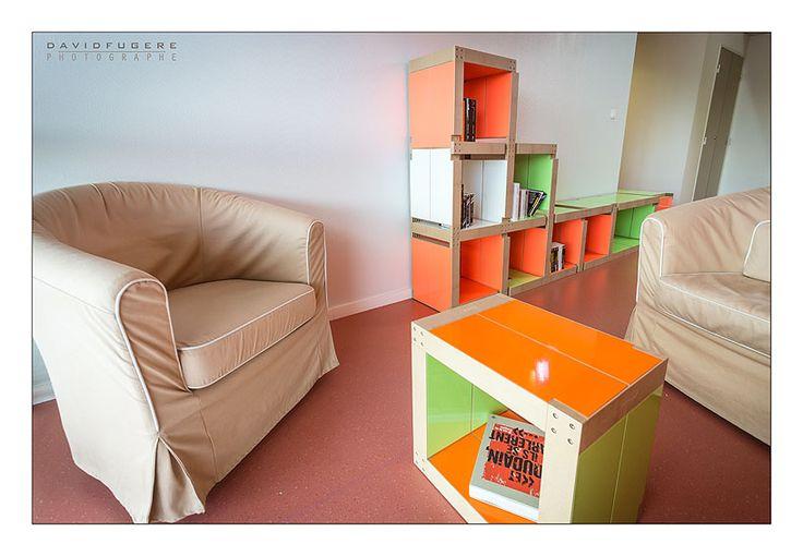 Table basse (orange et verte) et bibliothèque (rose fluo, verte et blanche) Fabulem dans un espace détente de la Maison des Parents de Nantes