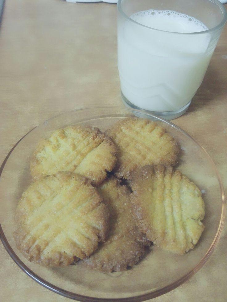 Galletas faciles de limon  Receta: 3/4 de taza de azucar 1/2 de taza de maizena 200 gr de harina 2 cucharas de cafe de levadura 1/2 de taza de aceite de girasol 1 huevo El zumo y la ralladura de un limon. Horno a 180° . Hornearlas durante 12_15 minutos.