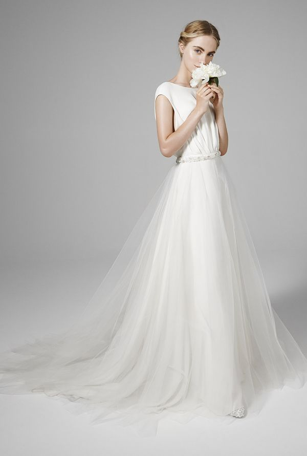 Beautiful and delicate wedding dress. tulle skirt. For a romantic wedding.