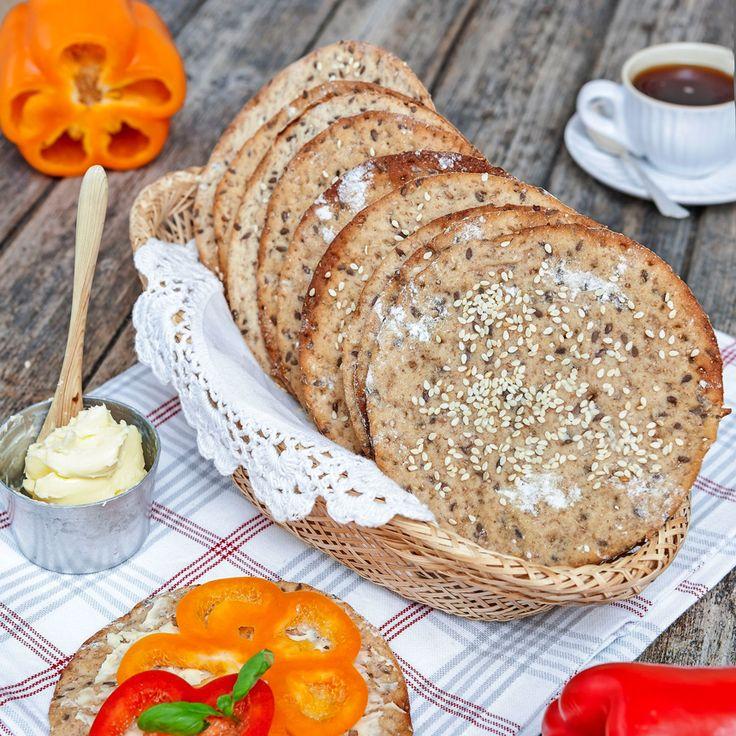 Runda rågknäckebröd med honung och linfrön. Sesamfröna på toppen ger extra god smak.