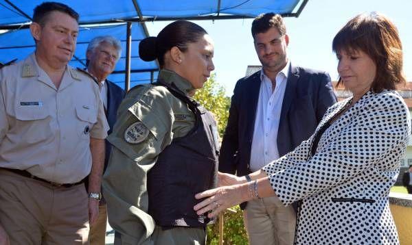 Bullrich entregó los primeros chalecos diseñados para el personal femenino de las fuerzas federales