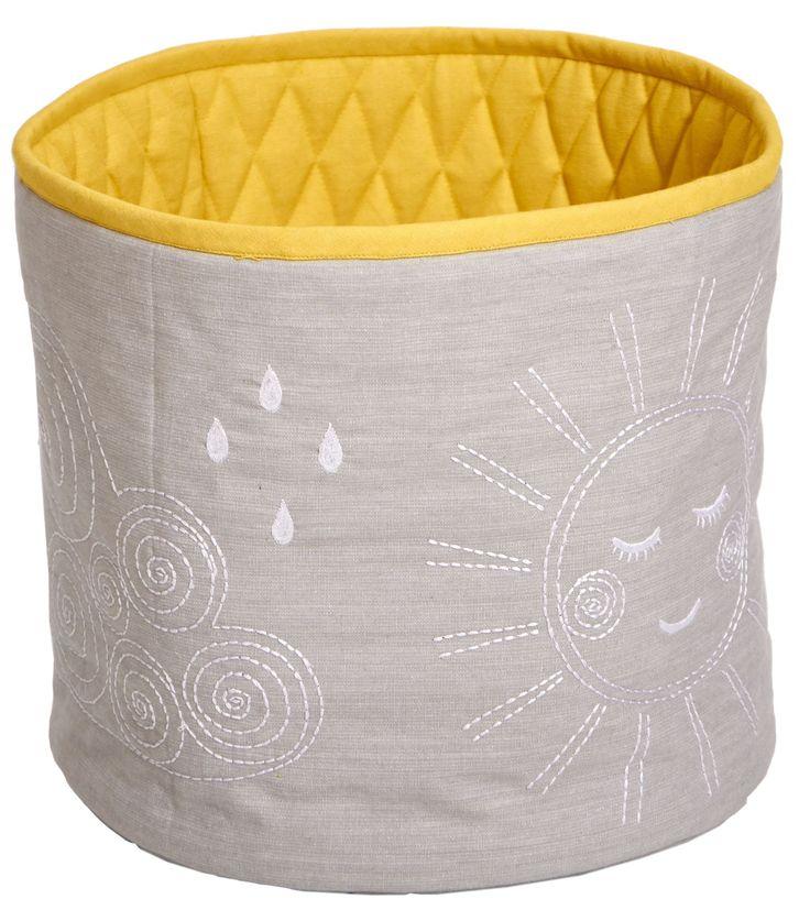 Roommate Förvaringskorg Hello Sunshine Medium, Grå är ett utmärkt alternativ till att förvara leksaker, filtar eller kuddar. Förvaringskorgen passar lika bra i hallen, köket och entrén som den gör i barnrummet. Tillverkad i 100 % ekologisk bomull är den perfekt för dig som vill slippa ha leksaker liggandes på golven!<br><br>Mått: 30 x 35 cm.<br><br>Material: 100 % ekologisk bomull.<br><br><br>Färg: Grå/Gul.