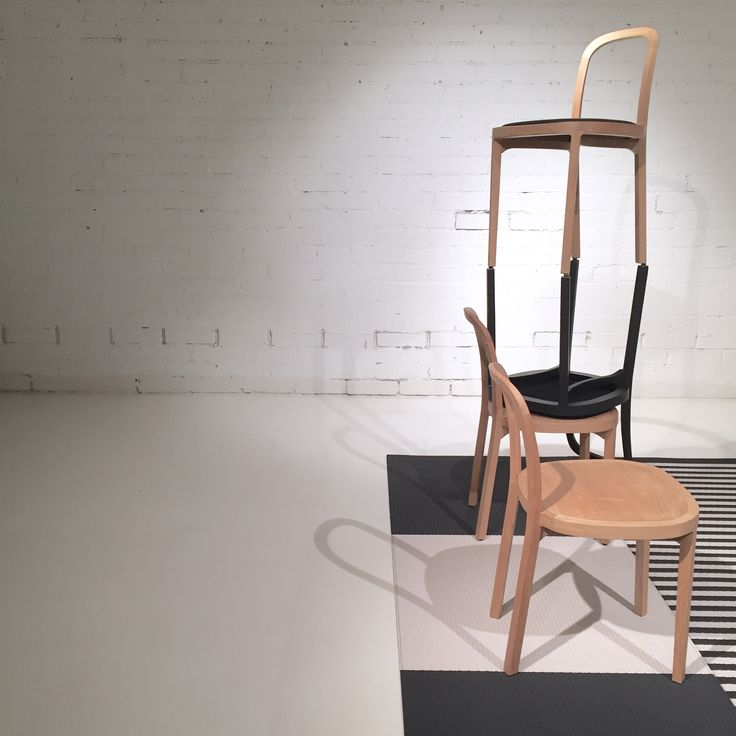 Woodnotes elegant and slender Siro+ oak chair finished with wax or in stained black. Squareplay and Big Stripe paper yarn carpets underneath the chairs.
