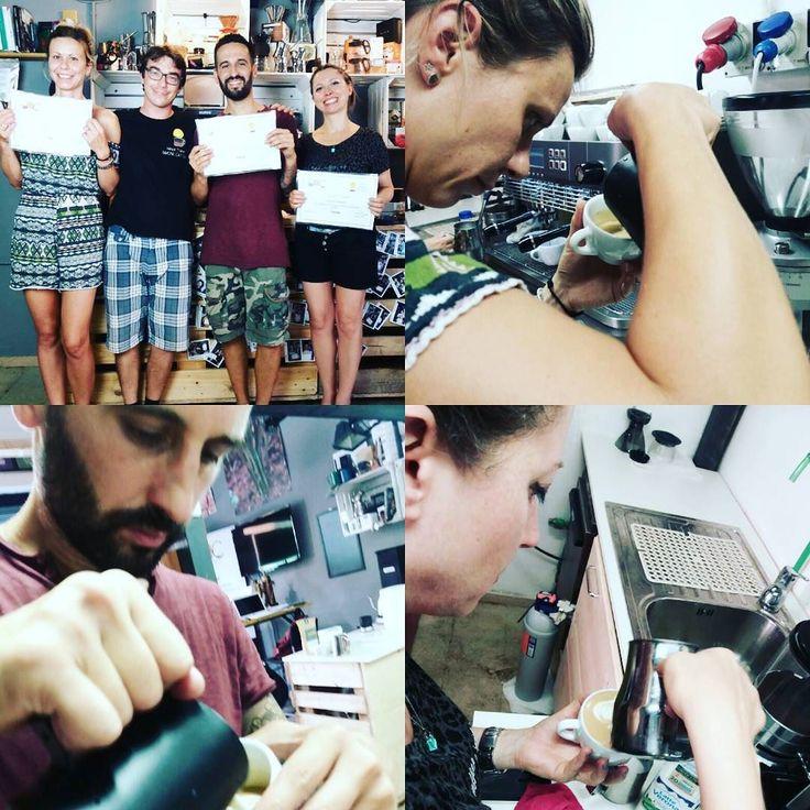 Giornata intensa e caldissima oggi in accademia per i nostri corsisti di latte art!!! Bravi!!!!#CoffeeTrainingAcademy #latteart #latte #work #barista #tulip #freepour #cappuccino #hotclass #hardwork #training