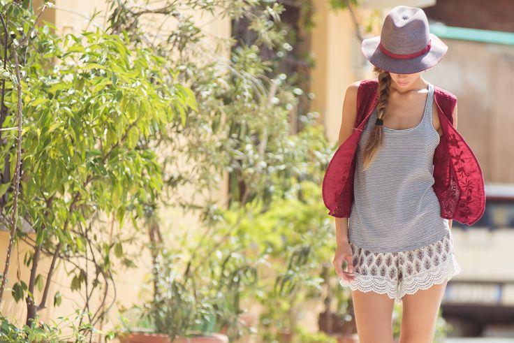 Amalfi Hat Hemp, Amarena. Desy Gilet Linen, Amarena. Noa Tank Jersey Stripe, Grey/Natural. Palma Shorts Santa Fe Print, Natural.