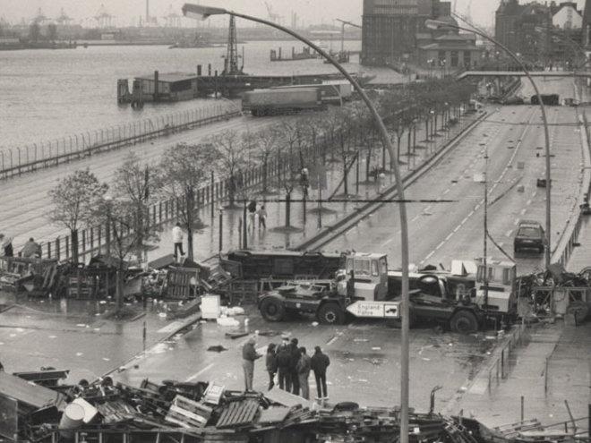 Hamburg, Hafenstraße, 17.11.1987  Nachdem Verhandlungen zwischen dem Hamburger Senat und Hausbesetzern der Hafenstraße wieder einmal scheitern, werden Barrikaden aus Paletten und Möbeln aufgestellt, um eine Räumung der besetzten Wohnungen zu verhindern.
