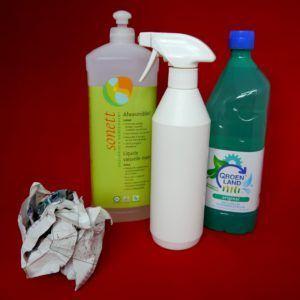 Duurzaam schoonmaken #8 - Ramen zemen. Ecologisch, milieubewust, milieuvriendelijk. Zonder strepen. Water, azijn, afwasmiddel. Krantenprop.