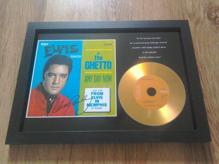 """Elvis Presley """"In The Ghetto"""" omlijst CD.  Elvis Presley """"In The Ghetto"""" omlijst CD. Nieuwe en mint conditie.Elvis Presley omlijst CD-display.De cd is goud in kleur. Het display bevat ook ondertekende (gedrukte) foto.Het frame is zwart satijn van kleur en compleet met veiligheid acrylglas.De afmetingen zijn 31 x 235 cm.Item kan aan de wand worden gemonteerd of vrijstaand.Zie foto's voor meer informatieObject wordt door track & trace verzonden worden.  EUR 15.00  Meer informatie"""