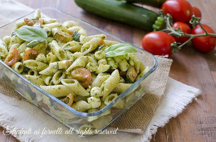 Pasta fredda zucchine pesto e mozzarella, ricetta primo piatto estivo facile e veloce. Insalata di pasta gustosa e leggera.