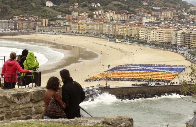 Mosaico gigante con la 'senyera' y la bandera de Escocia, este sábado, en la playa de La Zurriola, en San Sebastián.