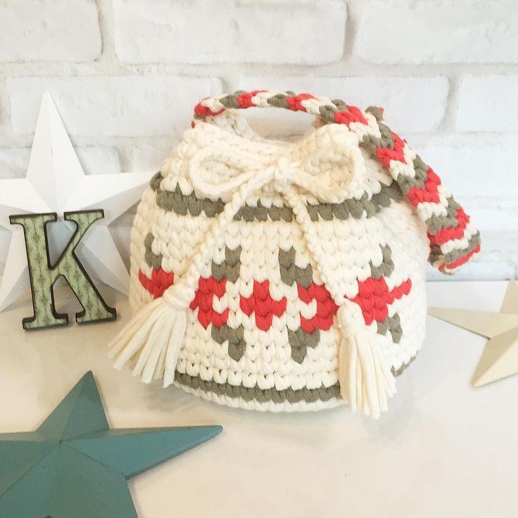sold out!! ・ ありがとうございます❤️❤️ 新作です❤️❤️ ・ ネイティブ柄巾着 ・ ・ 編み友さんの @isozakiyoshiko @pineapplebeachbunny さんとのコラボ企画第2段です✨ ・ 大好きなブランドの柄バッグがかわいくてかわいくて❤️❤️ 柄の巾着ずっと作りたかったのですが、編み友さんと案を出し合ってようやく完成させられました✨✨ ・ コロンとしたかわいい形ですが、少し大きめなので荷物もたっぷり入ります ・ 持ち手もかわいくこだわってみました❤️ 短めですが肩にかけられる長さです ・ カラーは冬をイメージして少し攻めてみました ・ ・ こちらは只今から販売いたしますので、気になる方は是非DMよりお気軽にお問い合わせください❤️❤️ ・ 素敵なご縁がありますように❤️ ・ ・ 同じ柄でマルシェも作りましたのでまた後ほどpostします ・ ・ #knit#バッグ#bag#ニットバッグ#ハンドメイド#ショルダー#ショルダーバッグ#タッセル#ママバッグ#フリンジバッグ#クラッチ#クラッチバッ...